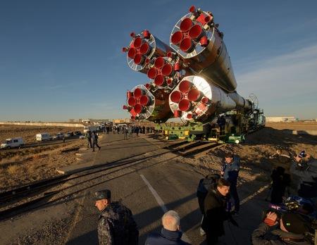 Nosná raketa Sojuz FG s kosmickou lodí Sojuz MS-10 na špici je vyvážena na start. Jeden z těchto bočních motorů způsobil havárii při startu. (foto © Roskosmos)
